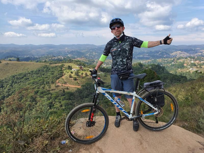 Aparecido Inácio saindo para pedalar, nas trilhas da Serra