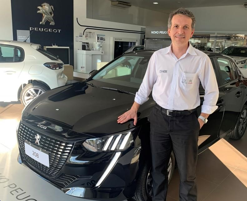 Cedida - Cleber Baldim, gerente da Lumiére Peugeot, apresenta o novo carro da marca francesa