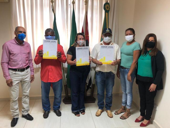 Divulgação - Famílias de Caiabu receberam títulos de propriedade e agora moram em bairros regularizados