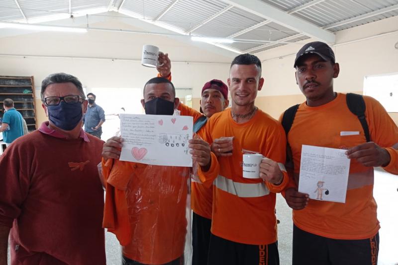 Cedida - Coletores encarregados pela limpeza pública urbana receberam cartas dos alunos