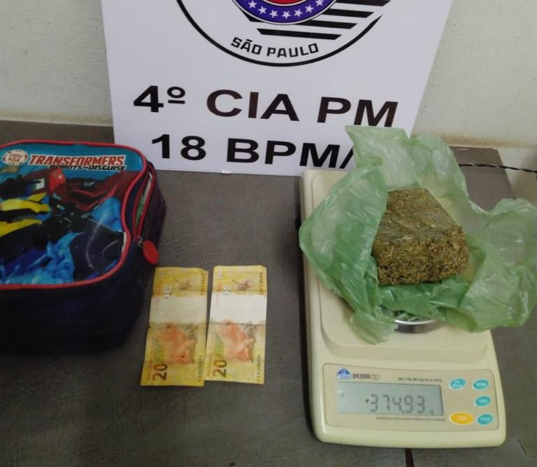 Polícia Militar - Apesar de negar denúncias, homem acabou preso com drogas