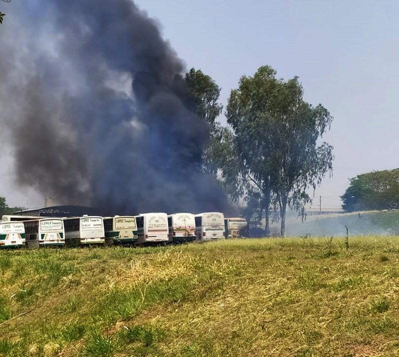 Reprodução/Portal Folha Regional - Uma motocicleta também foi encontrada queimada