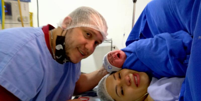 Cedida - No momento do parto, Fernando, Maria Silvana e a recém-chegada Laura