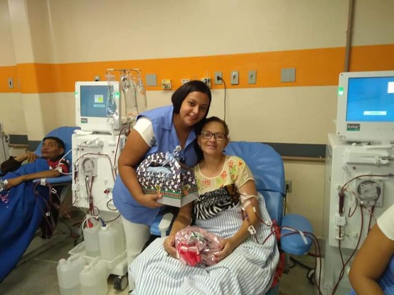 Cedida - Foto de antes da pandemia: Ana Carla durante a hemodiálise participa de amigo-secreto