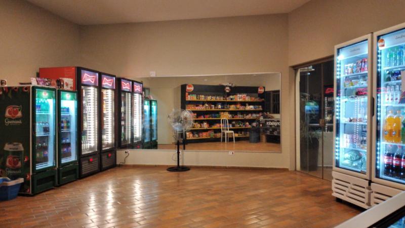 Com um aplicativo instalado no celular, condôminos do Golfo Apart Hotel já podem entrar no espaço e comprar os produtos desejados