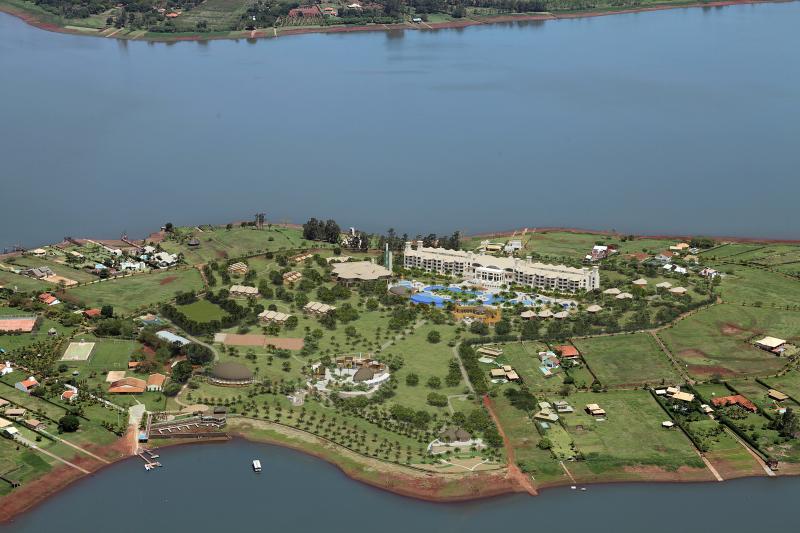 um resort alto padrão localizado no encontro dos rios Paranapanema e Tibagi