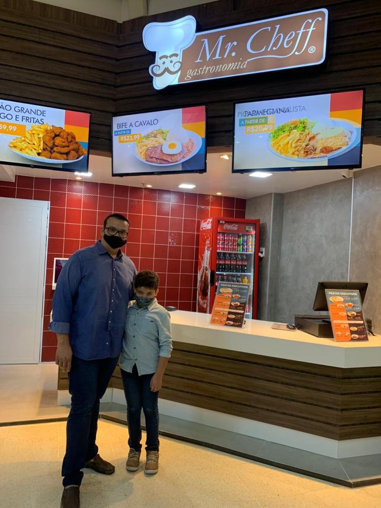 Bruno Pereira, na foto com o filho, tem investido na área de gastronomia em Prudente