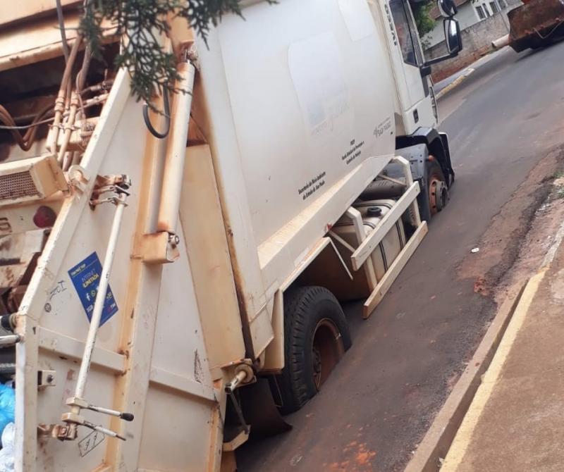 Cedida -Caminhão ficou atolado na rua durante a tarde de ontem