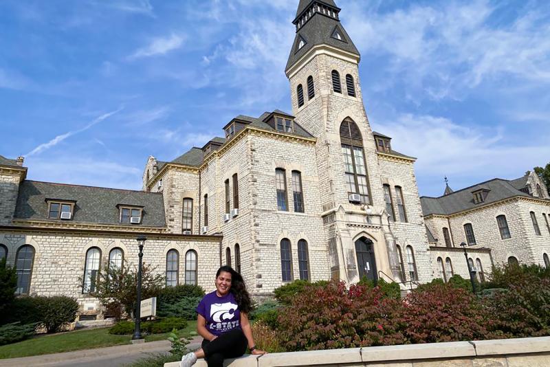 Cedida - Caroline Rocha Honorato em frente à Kansas State University