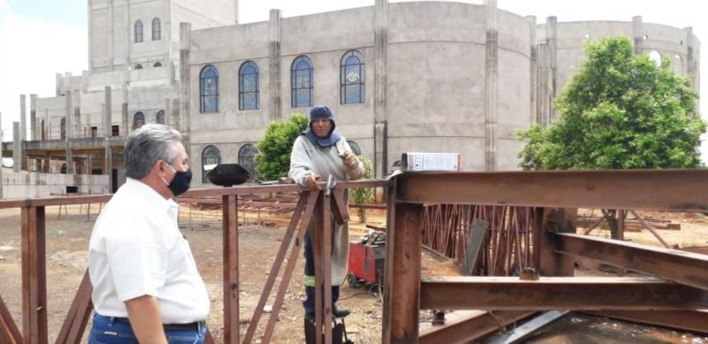 José Costa - Padre Umberto nas obras do balancim, com o soldador-mestre