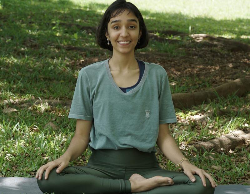 Acervo Sesc - Elys Couto apresenta uma prática de ioga restaurativa, que trabalha a soltura dos braços, quadril e pernas