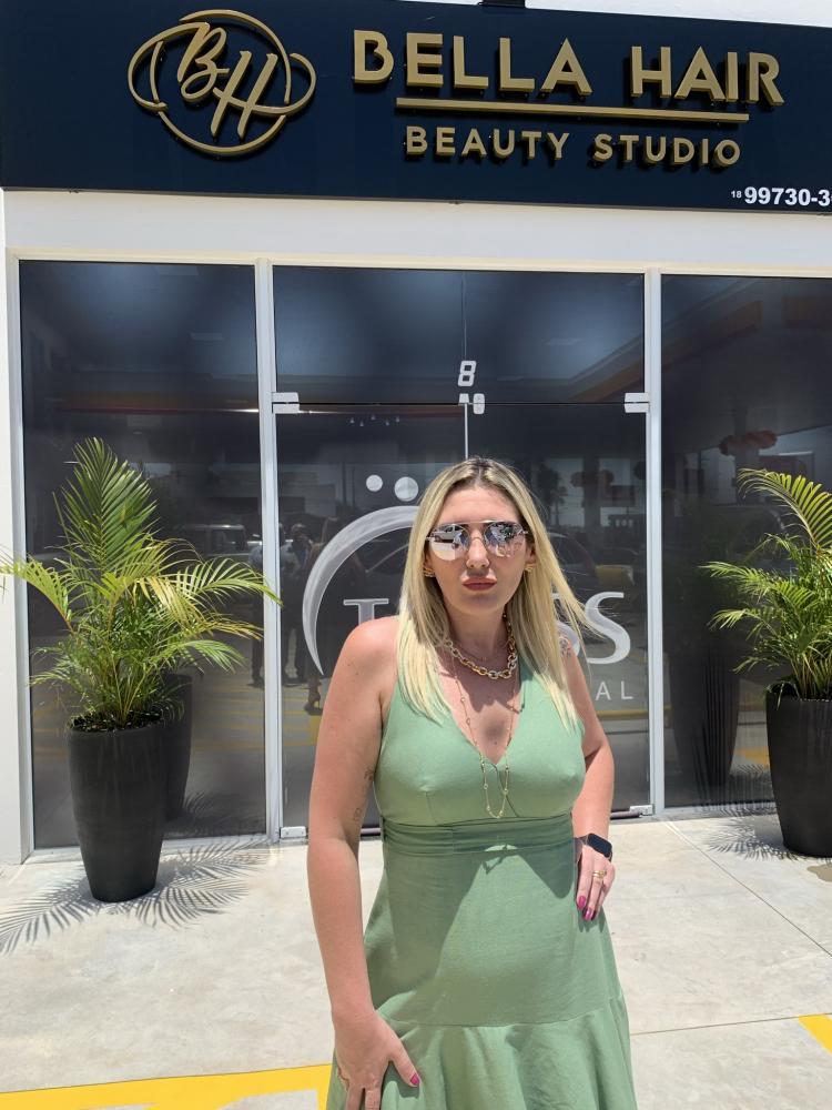Vivian Forte em frente `à Bella Hair Beauty Studio