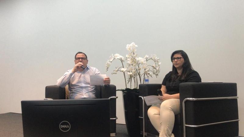 Gerente regional de Desenvolvimento, José Dardosse e a gerente da agência do Sicredi de Teodoro Sampaio, Erica Mazzarom em live para cursos técnicos