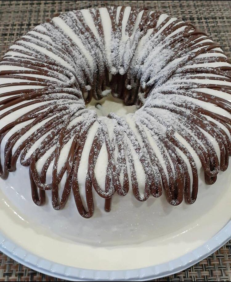 Dá para pedir por lá bolos caseiros de chocolate, cenoura, churros, formigueiro, laranja, maçã com passas, mármore, banana, milho e aipim.