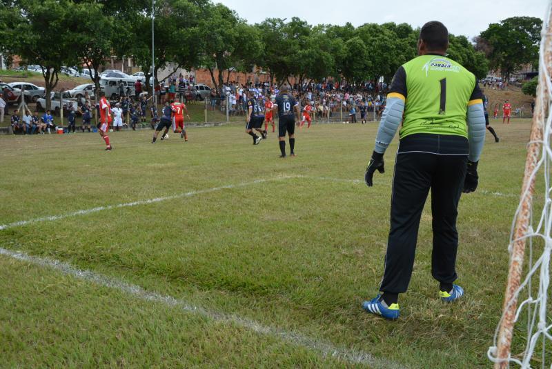 Segundo o Ministério Público, estão ocorrendo muitos jogos com aglomerações de torcida no entorno do campo