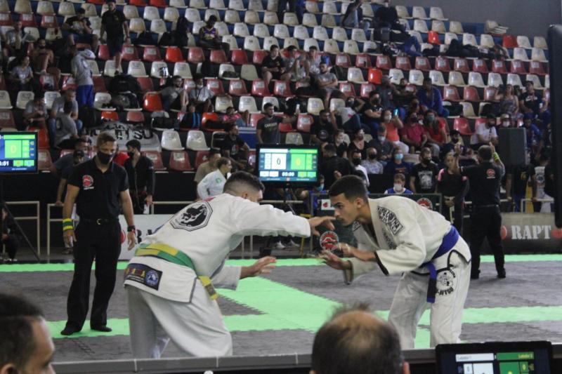 Machadense (à esq.) sagrou-se campeão no Juvenil Azul - acima de 91kg e também no absoluto