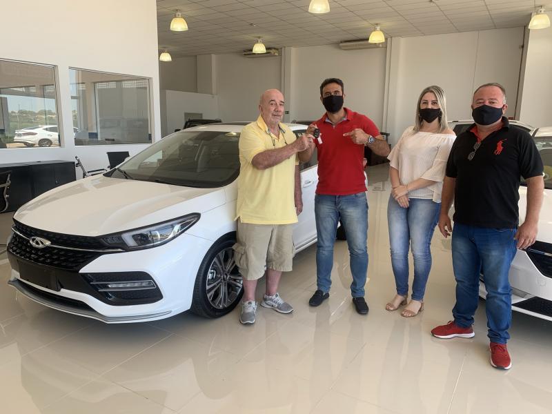 Wagner Poiato, primeiro comprador da nova concessionária, recebe as chaves do sedã médio Arrizo 6, entregues pelo gerente da Caoa Chery, Diego Rodrigues, e os vendedores Araceli Amarim e Élson Mungo