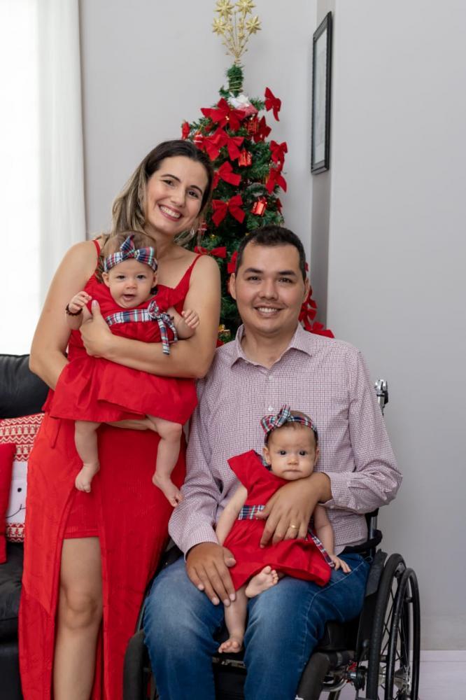 Douglas Kato passou as festas de final de ano em casa; na foto, ele com a esposa Nara e as filhinhas do casal