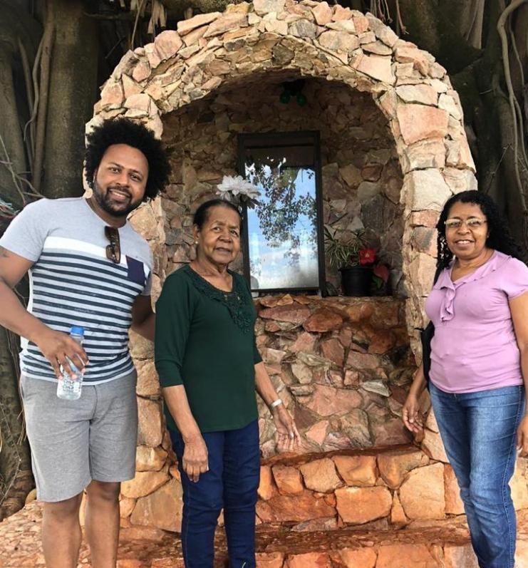 Família fazem fotos para guardar de lembrança pela visita