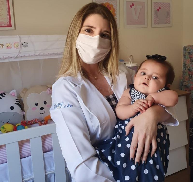 Médica cuida da parte de pediatria e neurologia infantil da bebê