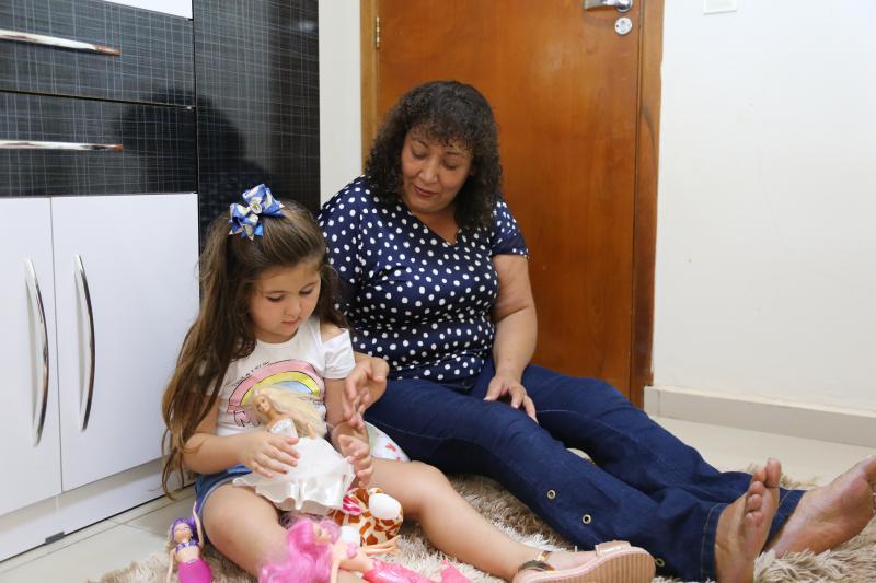 Isabela, de 4 anos, e a avó Fátima