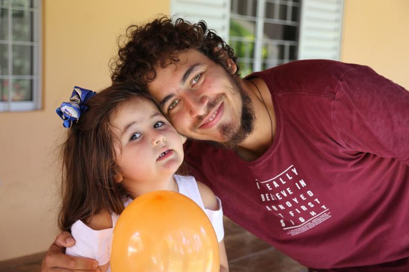 Thiago é irmão de Thais e ajuda a cuidar da sobrinha