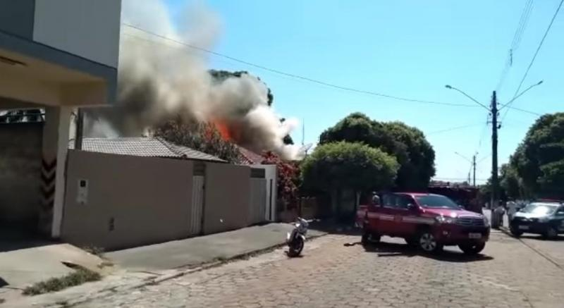 Ainda não há detalhes sobre o que pode ter ocasionado o fogo ou estado de saúde da moradora