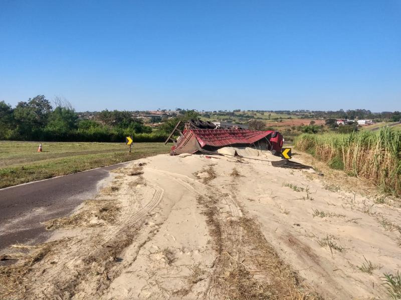 Apesar do tombamento, motorista do caminhão não ficou ferido