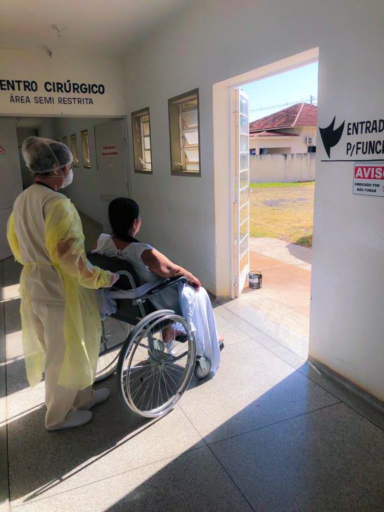Mariza toma banho de sol, acompanhada da fisioterapeuta Tamires Barbosa