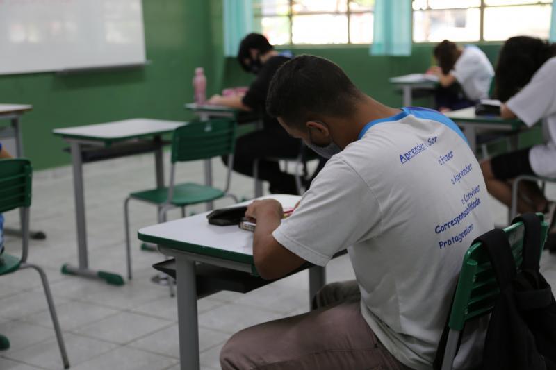 """Taxa de Covid nas escolas é """"muito inferior"""" à observada no Estado"""