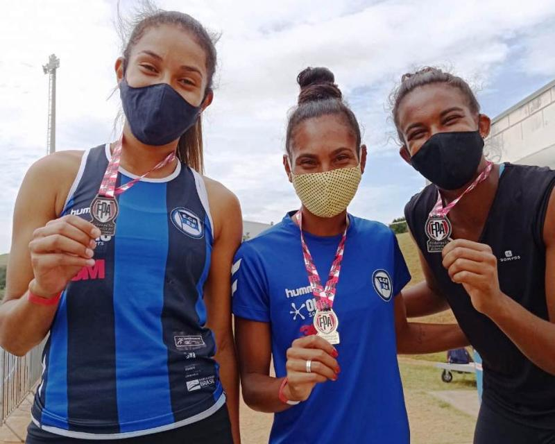 Giovana Rosália (terceira da esquerda para a direita) foi vice-campeã na prova dos 400 m