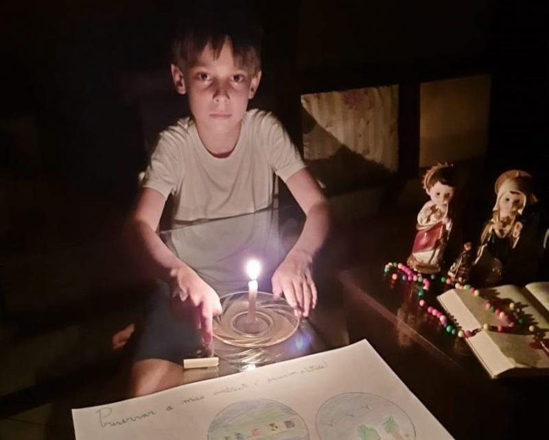 Lobinho Nicolas, do Monte Carmelo: uma hora sem usar energia e orando pelo planeta
