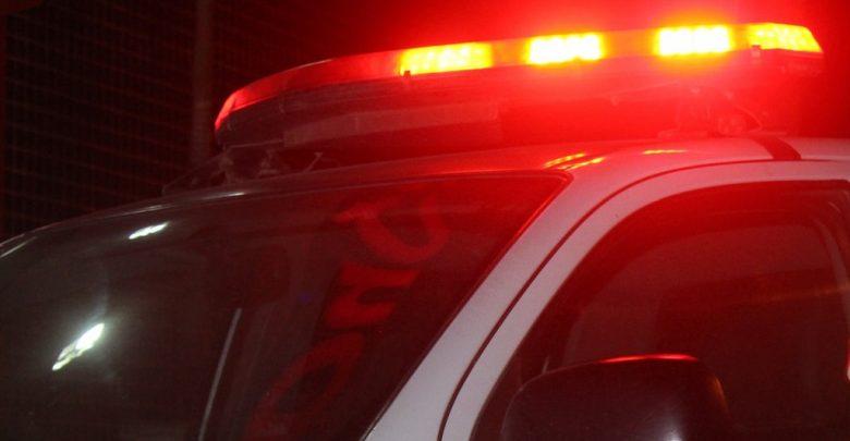 Durante o o socorro, policiais observaram que havia duas perfurações no tórax e duas no braço direito