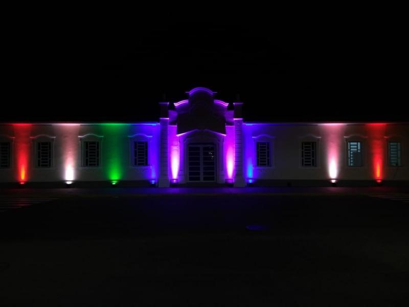 Prédio é iluminado com as cores que representam a diversidade
