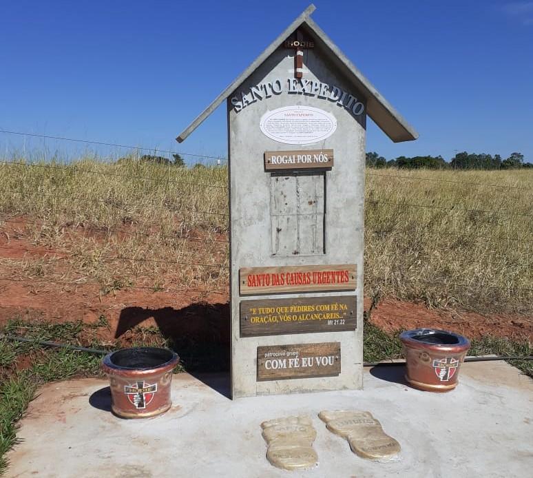 Obelisco em construção por grupo de Prudente