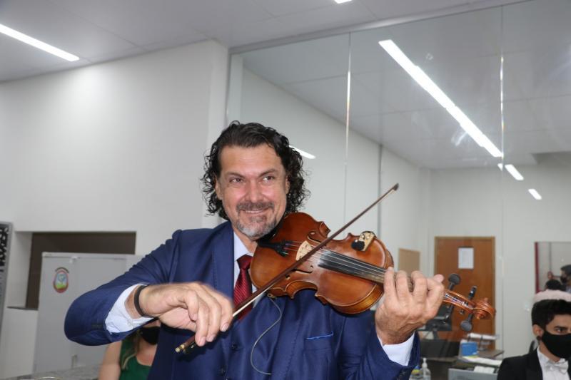 Ele ensinará música instrumental para crianças de 7 a 14 anos