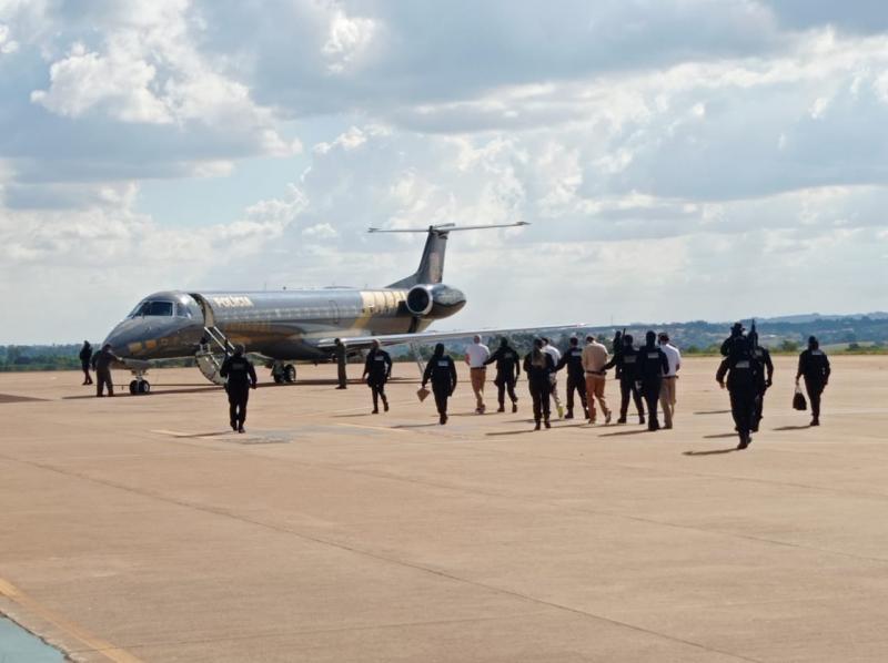 Remoção ocorreu ontem, sob forte esquema de segurança no aeroporto