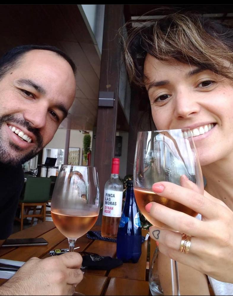 Brindando a vida e o amor o casal Samuel Pirondi e Milena Pissinin