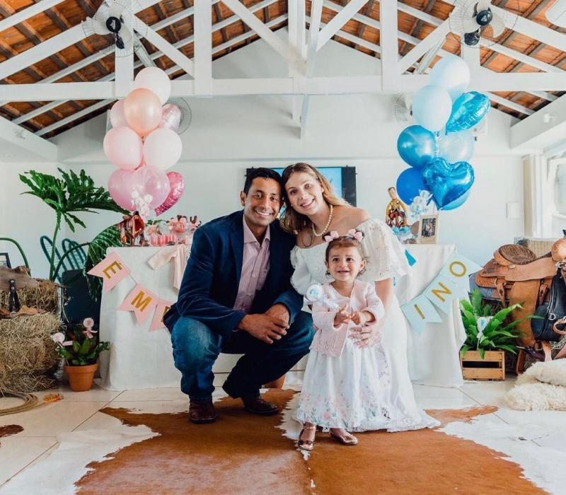 Junior Nogueira e Jaqueline Gasparim Nogueira, com a pequena Isabella, em dia de casamento deles e chá revelação