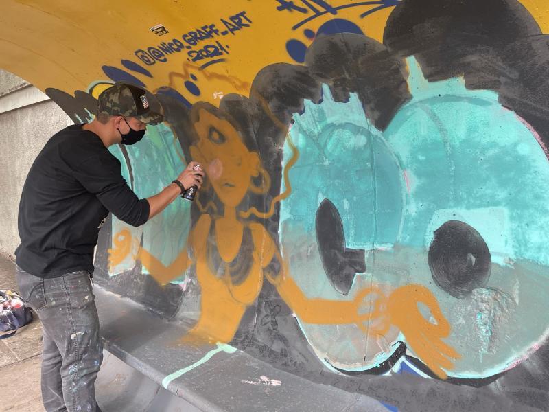 O artista Nico repintou a obra no ponto de ônibus da rua Ciro Bueno