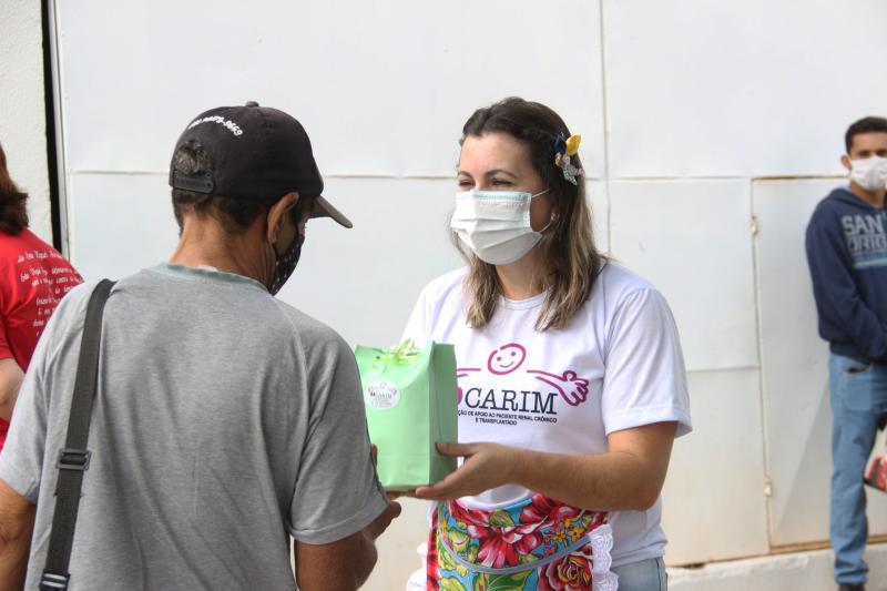 Kits são entregues aos pacientes do lado de fora dos hospitais