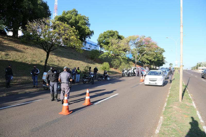 Carros e motocicletas foram fiscalizados em pontos de bloqueio