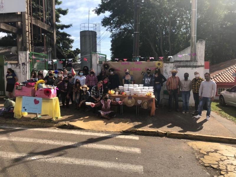 Houve ainda a distribuição de algodão doce e doces típicos juninos para alunos e comunidade