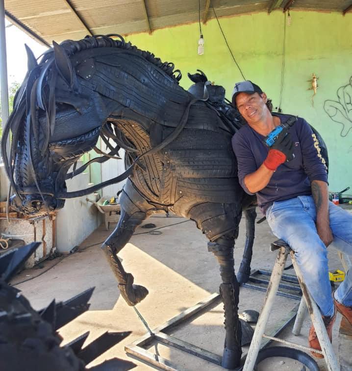 """Com o projeto """"Pneu Arte"""", ele tem cavalos, leões e muito mais..."""