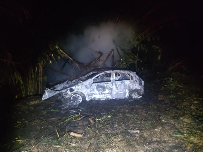 Automóvel foi tomado pelas chamas após a batida
