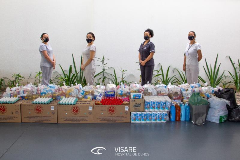 Equipe mostra os alimentos e agasalhos arrecadados na nova campanha