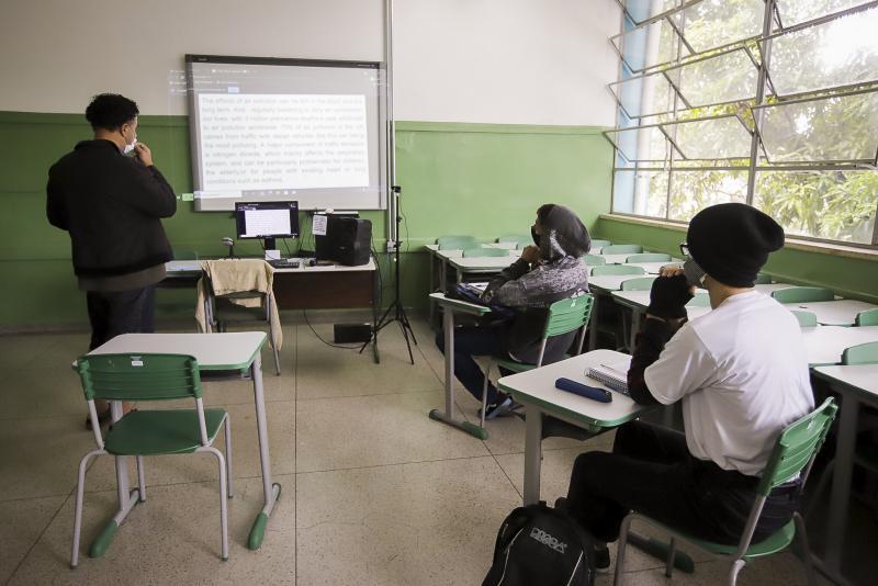 Medida visa gerar renda para população desempregada e oportunizar retorno seguro às escolas