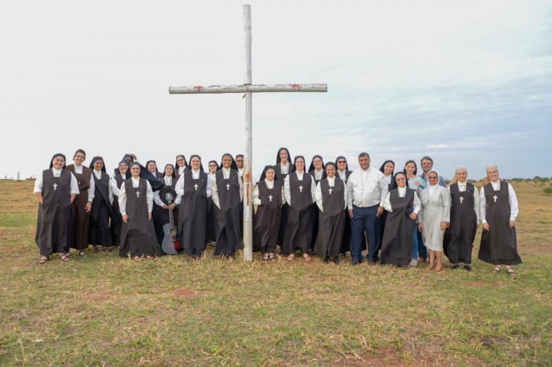 Bispo dom Benedito e Irmãs Carmelitas, na fundação da Primeira Casa de Contemplação e Ano Sabático do Brasil