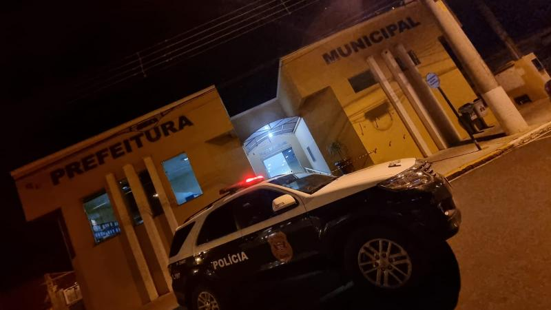 Na mesma noite, máquinas foram apreendidas na sede do Poder Executivo Municipal