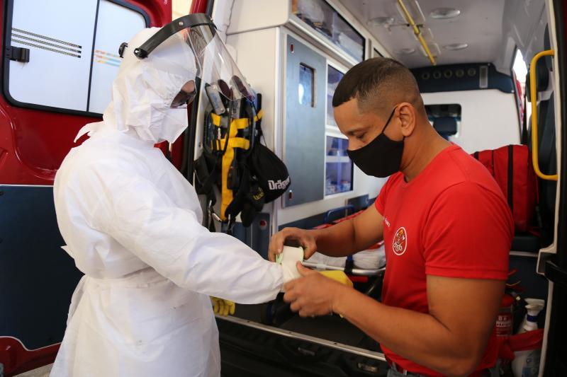 Vestimenta específica protege bombeiros contra possível contaminação pela Covid-19